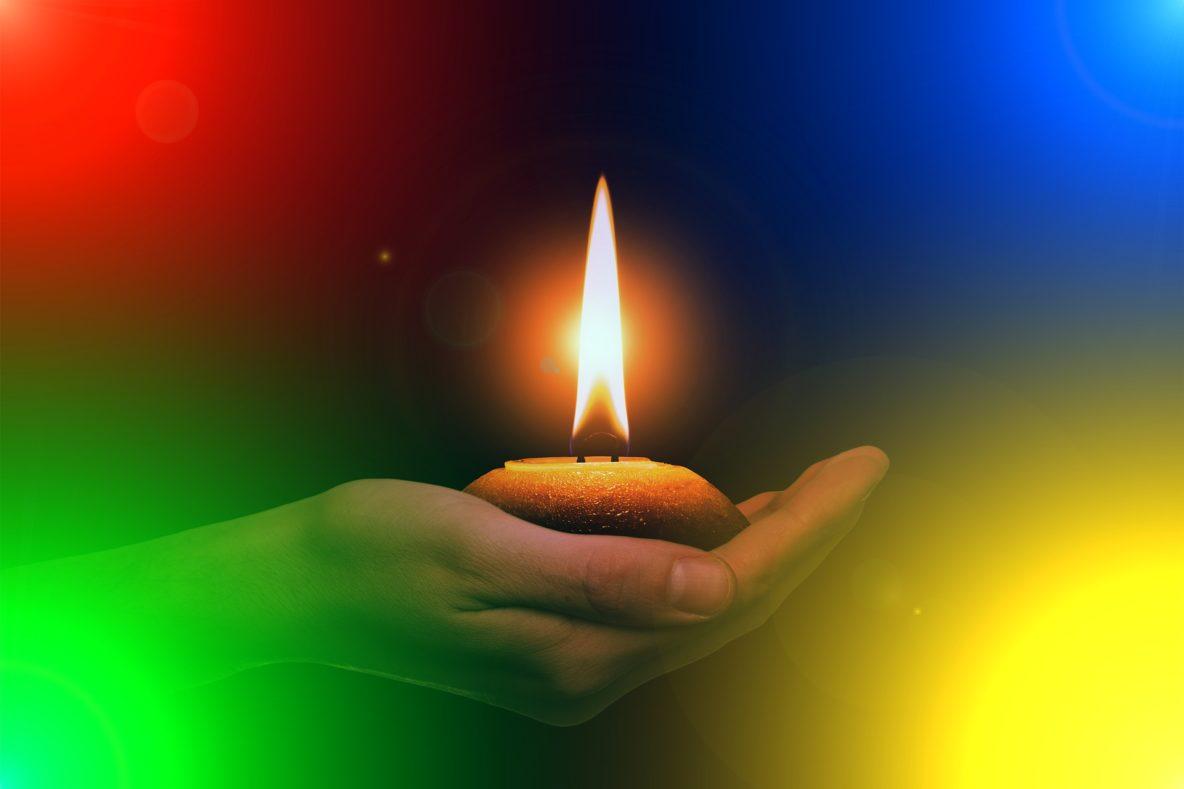 Kerze in Hand Adventszeit