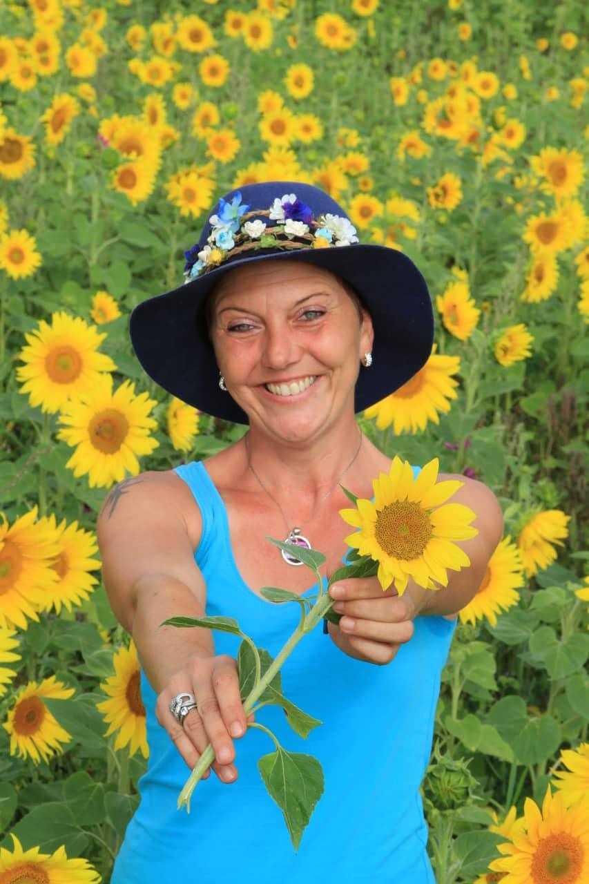 Pura Vida Frau im Sonnenblumenfeld